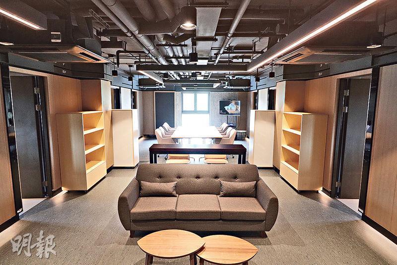 創新斗室除咗一般嘅單人房、雙人房,每層亦設一間獨立大房The Powerhub(圖),2000幾呎入面有8間單人房,中間有共用工作空間,畀公司短租搞活動、做大project。(曾憲宗攝)