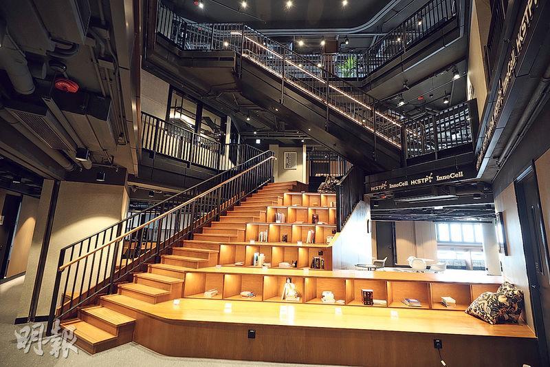 17層嘅創新斗室,每層都有唔同主題,例如12樓係「閱讀層」(圖),連接住13樓嘅樓梯有一級級書架,仲會不時搞漂書活動。(曾憲宗攝)