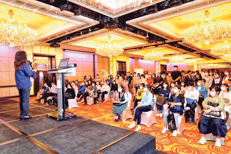 「JUMP招聘及進修日2021」已圓滿舉行,會場劃分為「護理.社福.教育招聘專區」及「企業招聘專區」,吸引了不少年輕人、中年人士入場,參加專題講座和向心儀機構主動出擊。