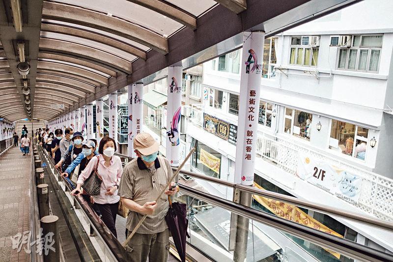 載客量大——半山電梯載客量驚人,據運輸署網站在2016年底的資料,每天約有78,000人次使用。(賴俊傑攝)