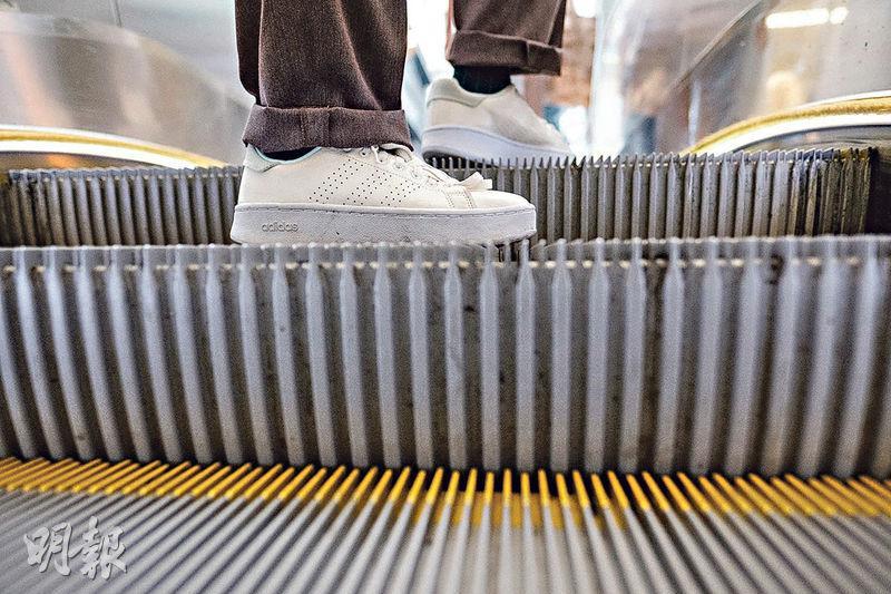 非標準自動梯——半山電梯系統有幾條自動梯,斜度比一般的小,可見梯級高度也較矮。(賴俊傑攝)