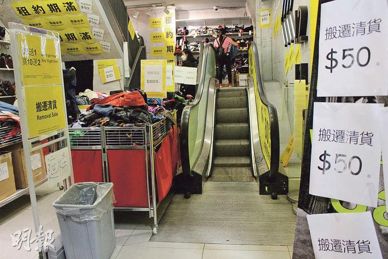 6級階梯——這條全港最短自動梯仍在運作,只不過店舖由原本的服飾店變成了臨時散貨場。(唐可怡攝)