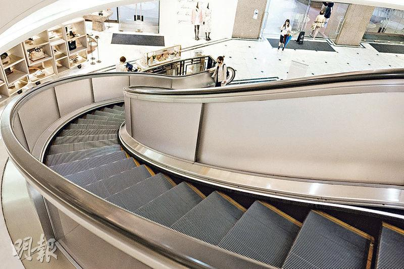 彎曲設計——銅鑼灣時代廣場擁有全港僅有的彎曲自動梯,讓人印象深刻。(賴俊傑攝)