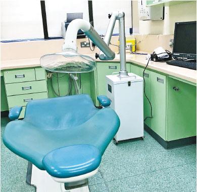 外置吸霧化系統——為應對疫情,部分牙科診所增設外置吸霧化系統,吸走大水粒及氣溶膠。(受訪者提供)