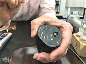 試金石——長江大押經理陳先生示範用3種不同純度的金劃上試金石,再滴上試金水,純度最高的最不容易褪色,二叔公能藉此辨別金器的價值。(鄧捷攝)