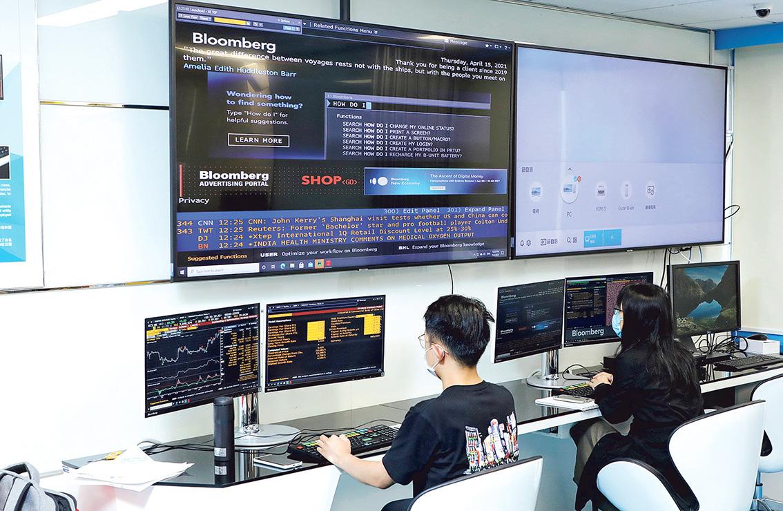 浸大新聞系與彭博通訊社合作讓學生學習使用彭博金融資訊終端機。