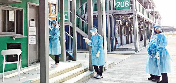 考評局今年首設竹篙灣「隔離試場」,圖為試場主任(中)用擴音器向考生宣讀考試相關指示。(考評局提供)
