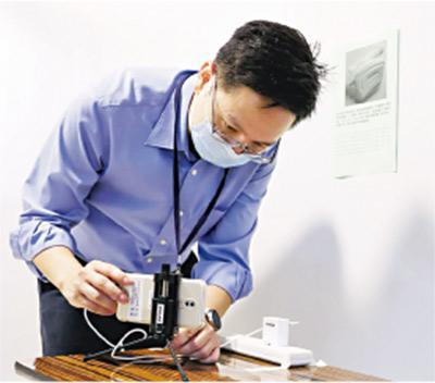 「隔離試場」考生須在獨立房間應考,內有錄影設備,考試過程會被錄影。圖為考務人員準備情况。(考評局提供)