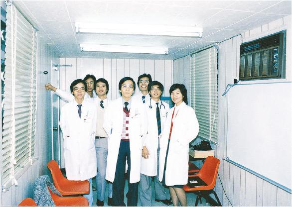 聯合醫院曾是臨時教學醫院,由於當時沒足夠地方,要租借貨櫃作課室。當年入讀中文大學醫學院的陸志聰(右三)曾在貨櫃內上課。(醫管局提供)