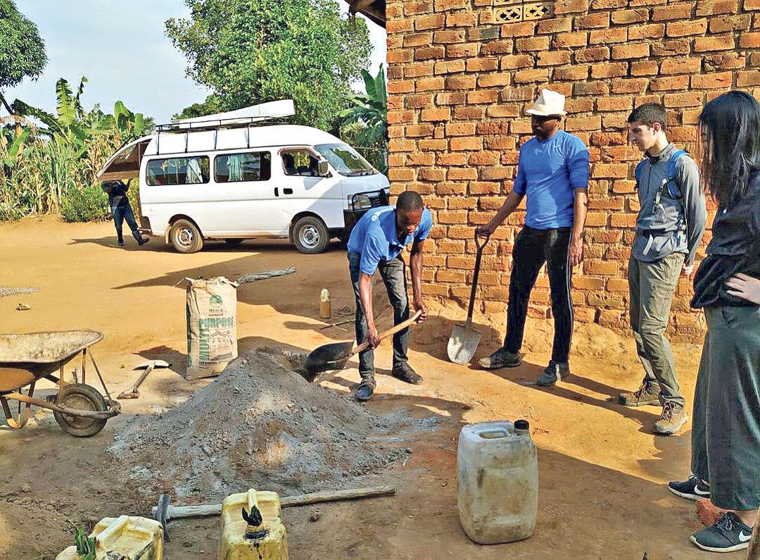 服務研習計劃讓學生有機會到非洲貧窮地區,協助 村民解決水電不足的問題。