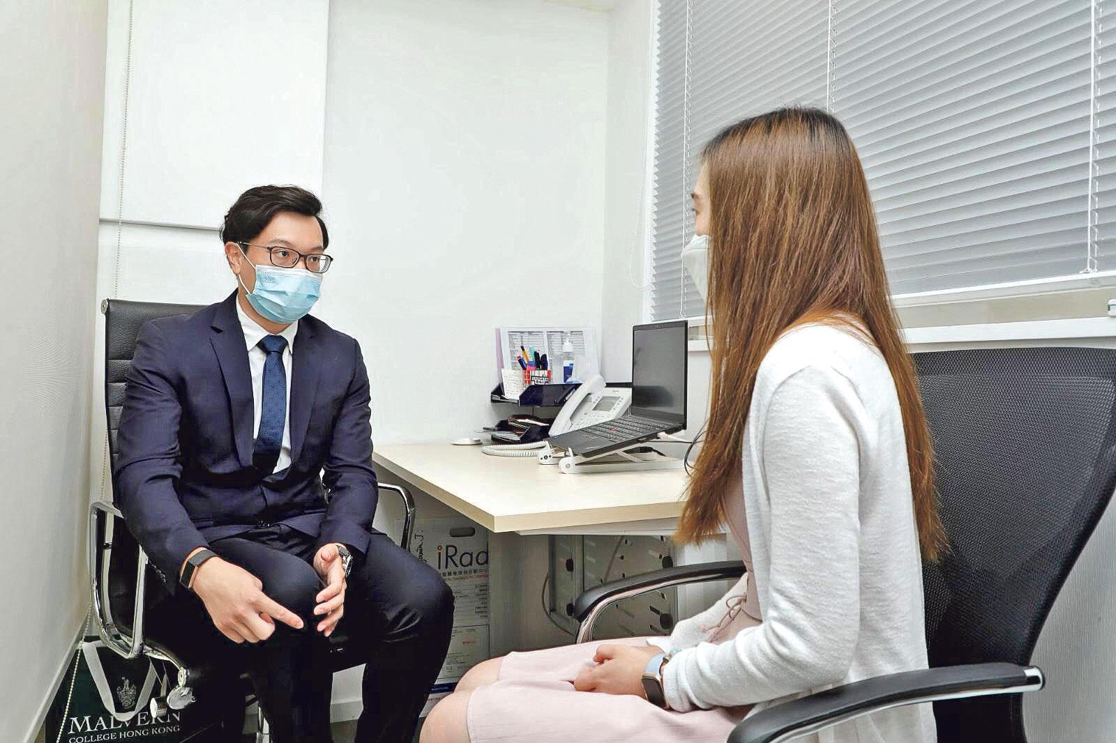 物理治療師陳德禮(圖左)表示,在私營醫療機 構工作,有較充足的時間 跟病人作診療溝通,全面 去了解病人的需要。