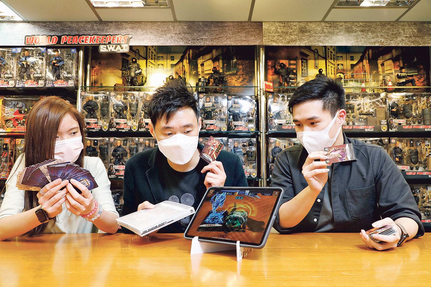 錢國棟(中)作為初代走進大灣區的創業者,結合傳統玩具 生產,開展了動畫製作,近年更闖AR卡牌遊戲市場。