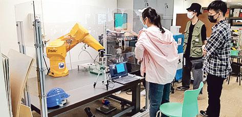課程讓學生掌握先進技術如工業物聯網、機器學 習、人工智能、擴增實境、雲端運算和數據分析 等,以及最新應用情况。