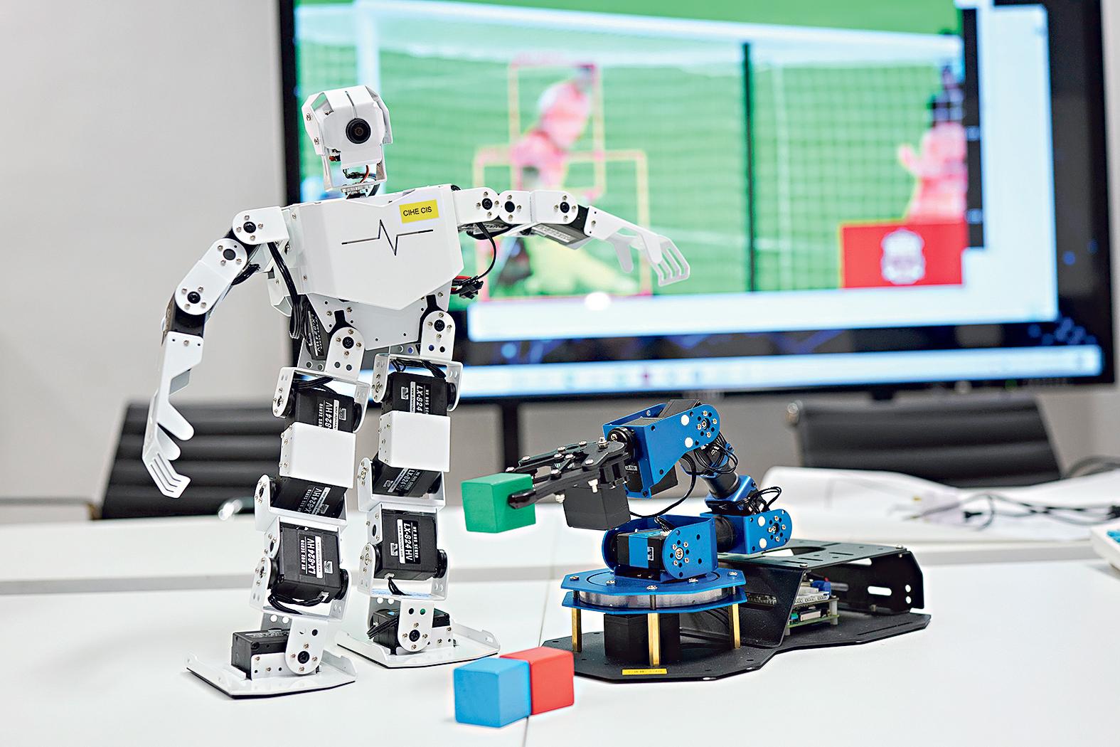 師生可使用分布式人工智能實驗室的不同軟硬件 設備,如機械人、機械臂等。