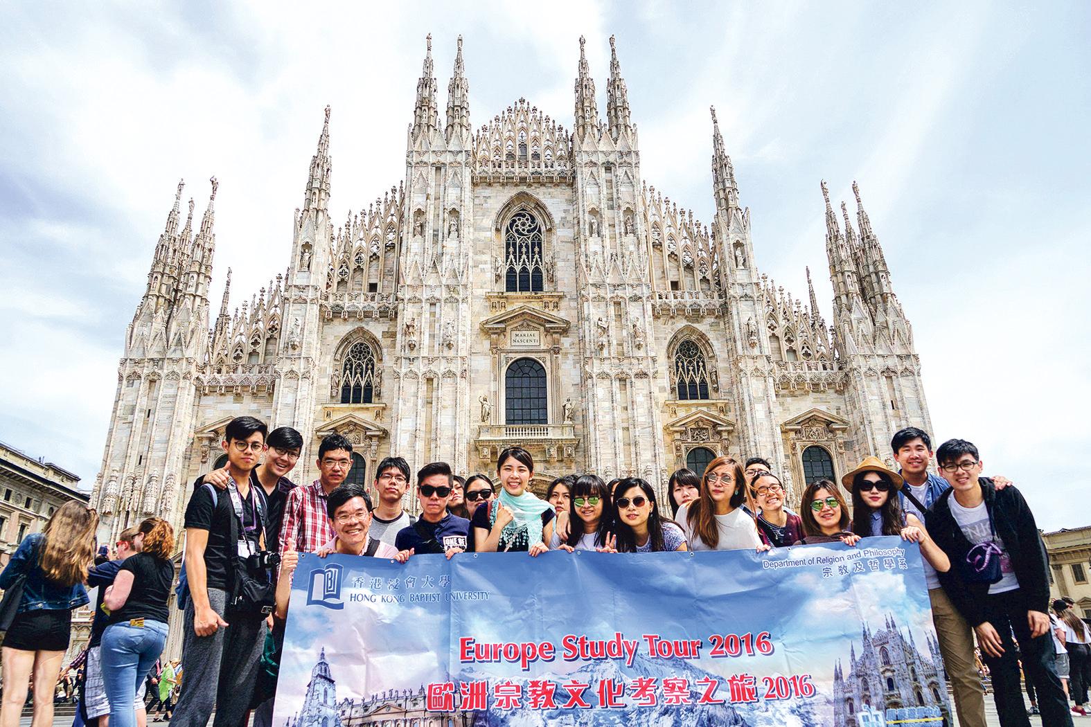 Blanche(前排右五)透過參加歐洲宗教文化考察之 旅,有機會觀賞與宗教有關的藝術品、教堂建築,不 禁令她大開眼界!