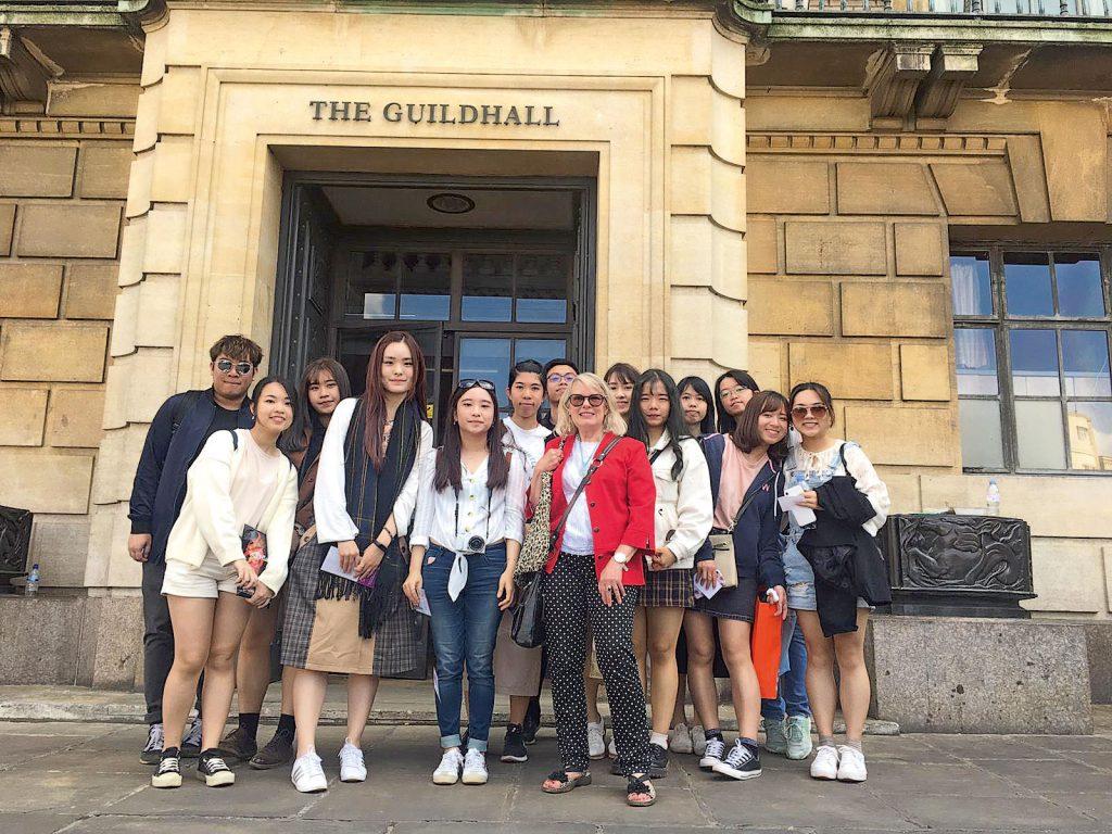同學多參加外國的交流活動,有助提升CQ。圖為同學到英國進行交流。