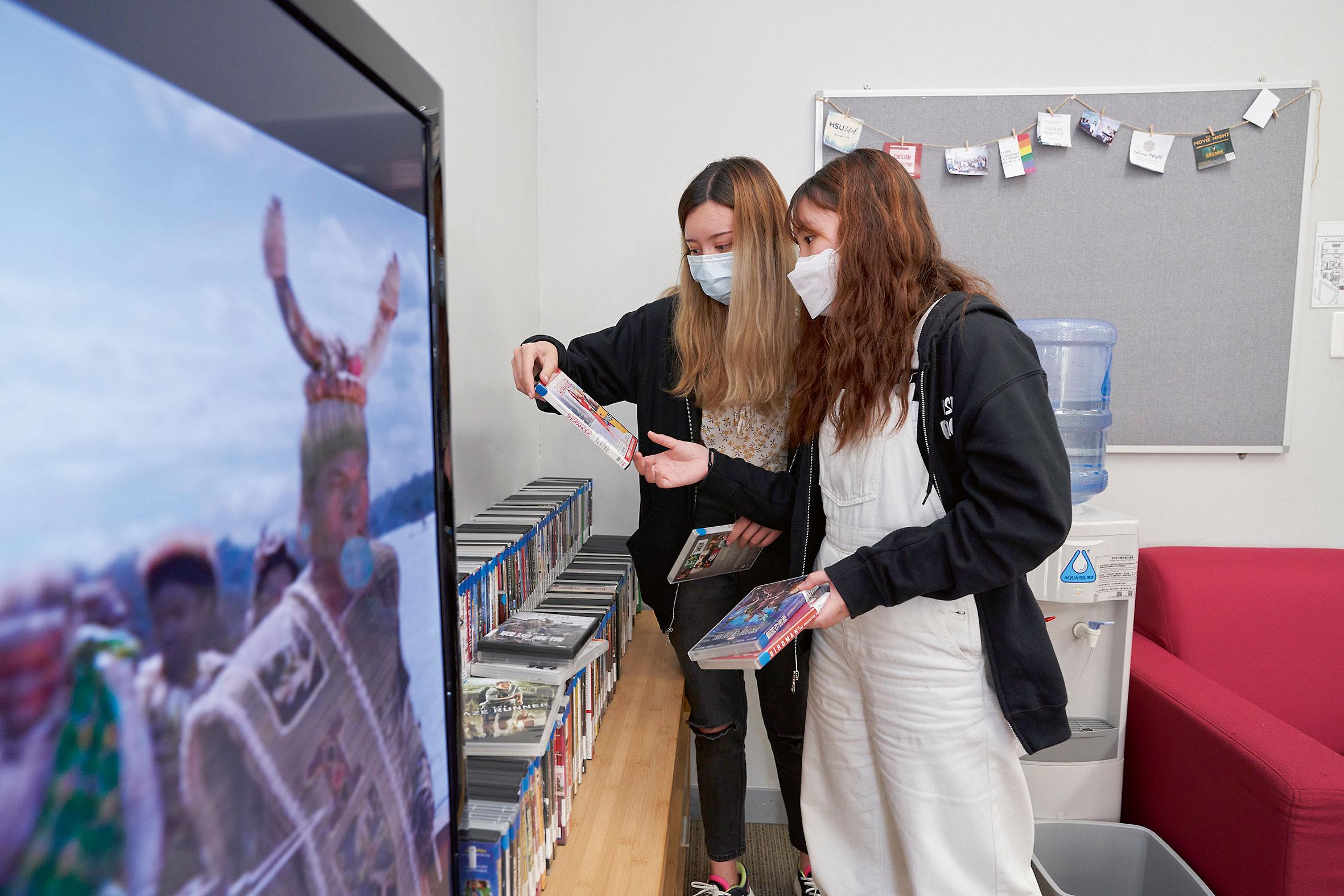 Jade和Karen從不同的文化活動中,如看電影等,提升英語水平和文化修養。