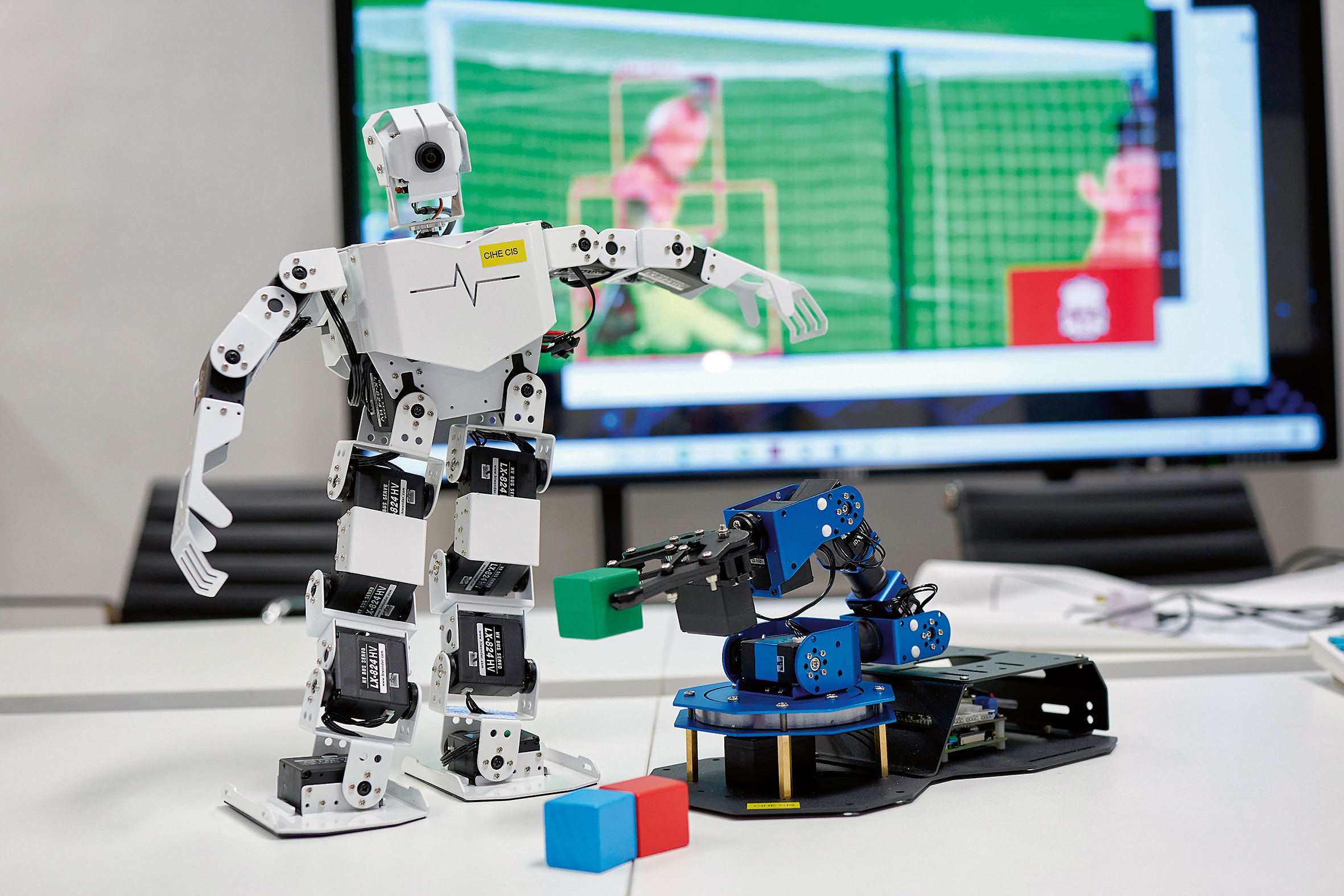 課程着重師資,教學團隊由資深IT業界人 士及擁有豐富研究經驗者組成;師生更可 使用分布式人工智能實驗室,使用各項軟 硬件設備,如機械人、機械臂等。