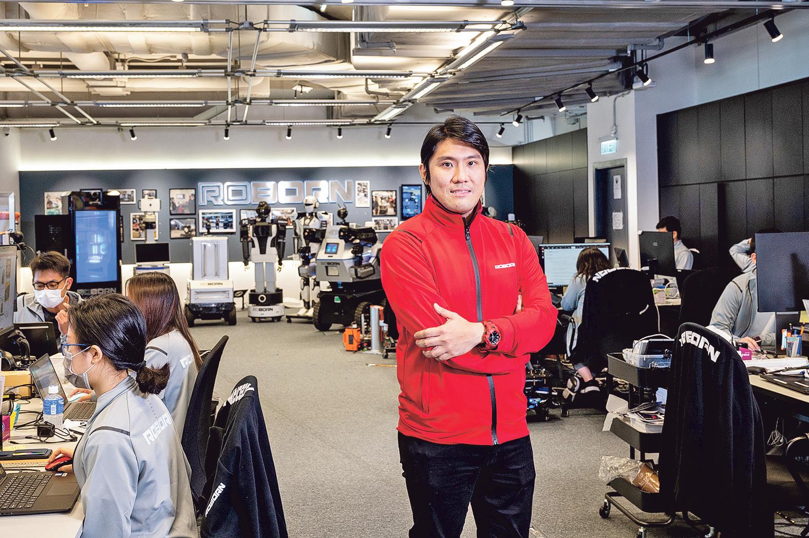 5G機械人產業發展潛力大,麥騫譽( M a r k ) 憑着不放棄、求突破的精神,帶領團隊研發出多款智能機械人,造福人類。