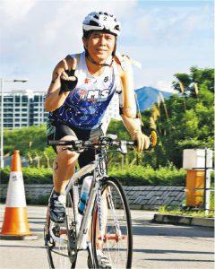 實現夢想——岑幸富利用傳統義肢踩單車,並學會游泳,完成三項鐵人賽,挑戰自己。(受訪者提供)