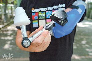 萬能插頭——新型義肢底座有個萬能插頭,按下按鈕就能輕鬆拆除工具,方便替換。圖為發球器,其螺旋紋能固定羽毛球,方便發球。(賴俊傑攝)