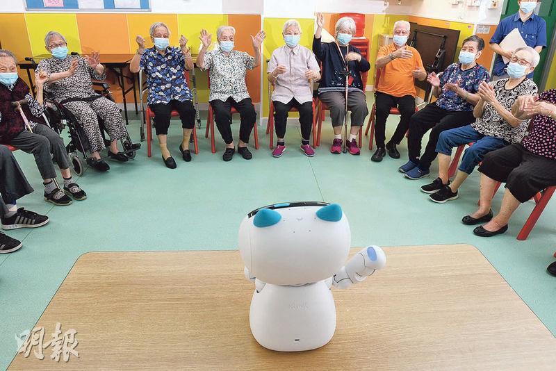 路德會梁季彝夫人安老院的員工每日都會利用「活力寶」分批帶領長者做健身操。