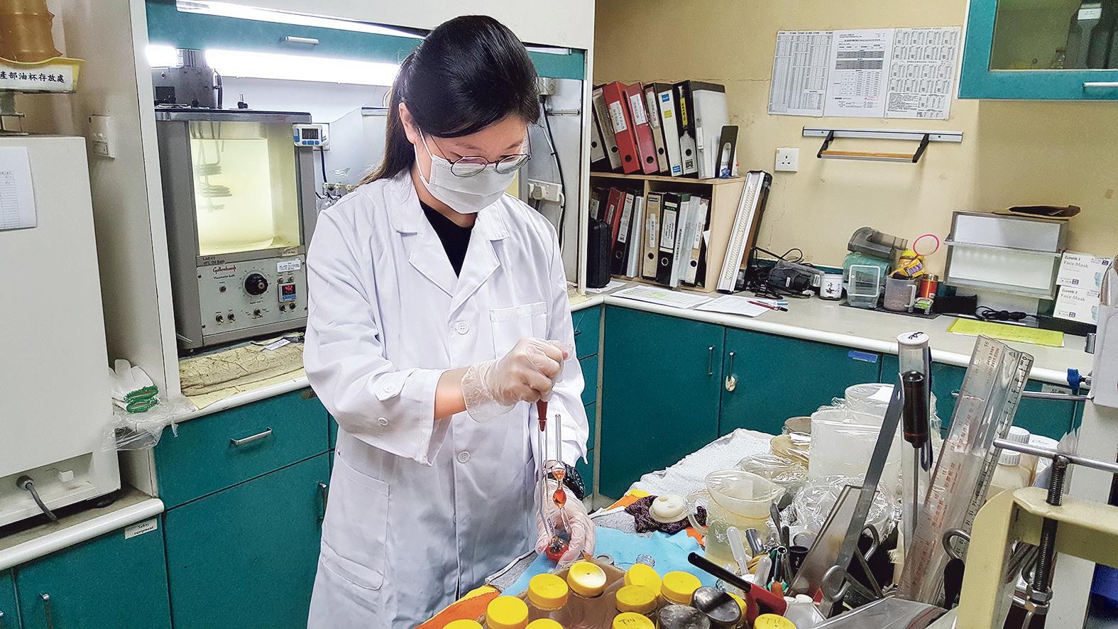 Joyce於實習期間,需進行不同的測試,以控制油質及水質。