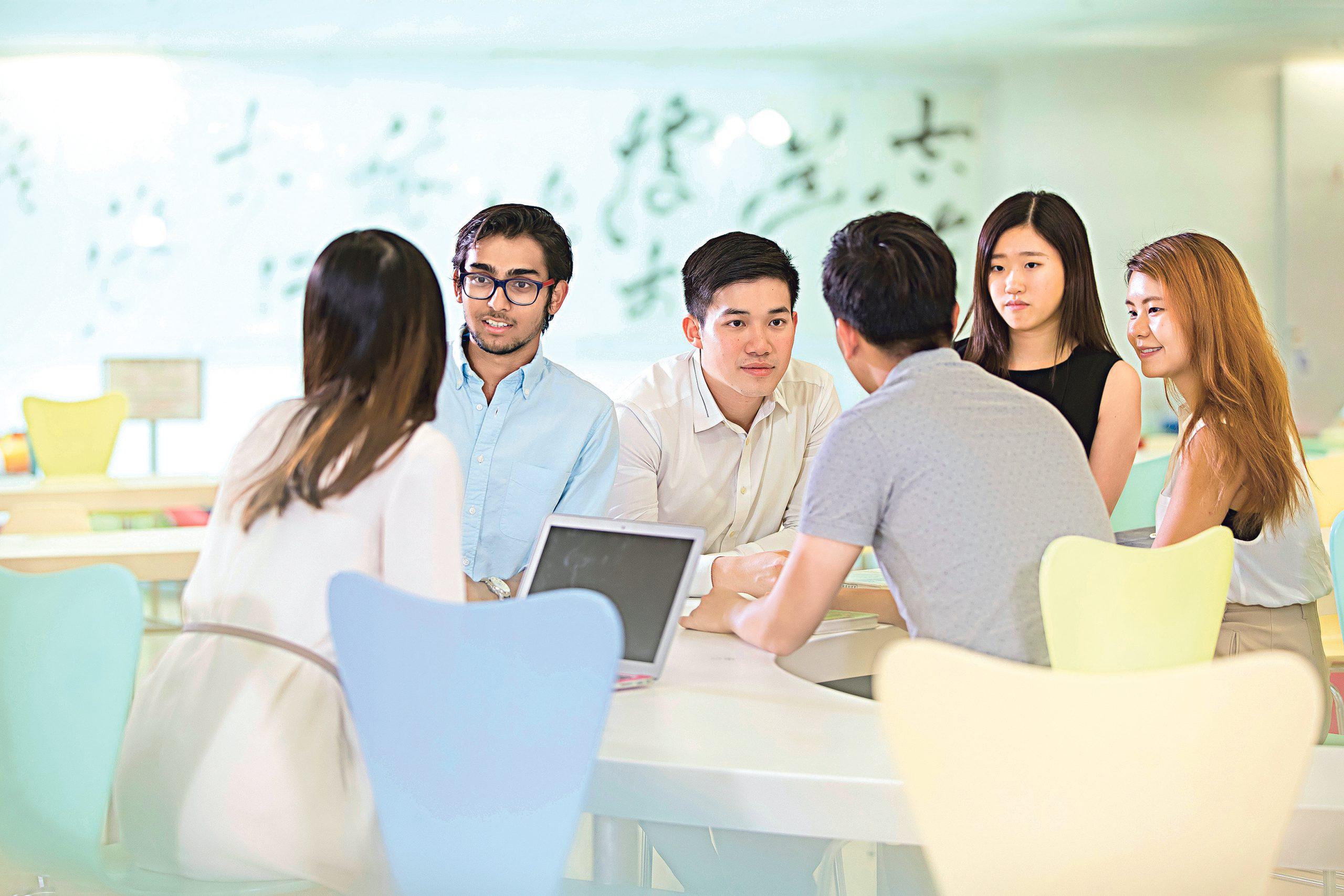 置身職場講求軟硬技能兼備,大專 生宜於在學階段多參加不同的體驗 活動,多與他人接觸和合作,有助 提升溝通及社交等能力。