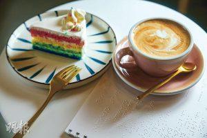 點字餐牌——休Cafe的咖啡($28至$45)由視障咖啡師冲調,蛋糕($50)、鬆餅($58)等輕食由黑暗中烘焙、so330及點字曲奇提供。店內還設有點字餐牌,方便視障人士點餐。(馮凱鍵攝)