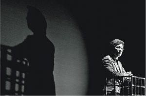 表演一刻——2012年香港藝術節的《野豬》,曾文通拍攝了已故演員廖啟智在台上表演的一刻。(曾文通攝,主辦單位提供