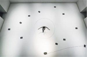 俯視一刻——2017年張志偉為劇團愛麗絲劇場實驗室拍攝其表演《香港三姊妹》,從俯視角度拍下觀眾也不曾見過的畫面,記錄導演的舞台空間美學。(張志偉攝,主辦單位提供)