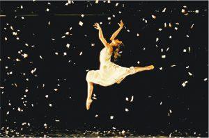 舞動一刻——已故攝影師陳德昌為1990年城市當代舞蹈團的舞蹈表演《再來一個晚上》拍照。(陳德昌攝,主辦單位提供)