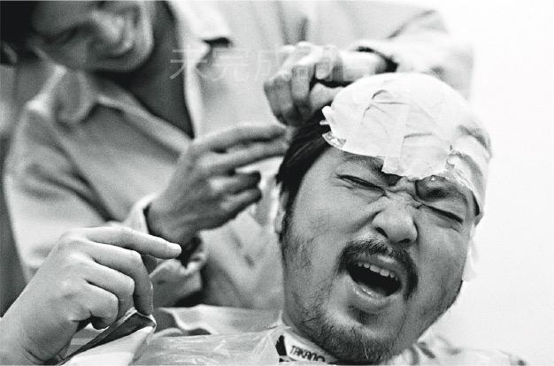 化妝一刻——關本良在1993年記錄了已故演員何偉龍化妝的樣子。(關本良攝,主辦單位提供)