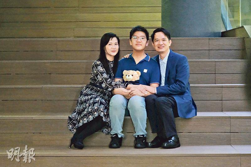 13歲資優生江誥綸(中)本學年入讀城大,他說自己與較年長的大學同學也能好好相處,日常主要談學術話題,他亦加入了校內棋社。旁為誥綸父母。(鄧宗弘攝)