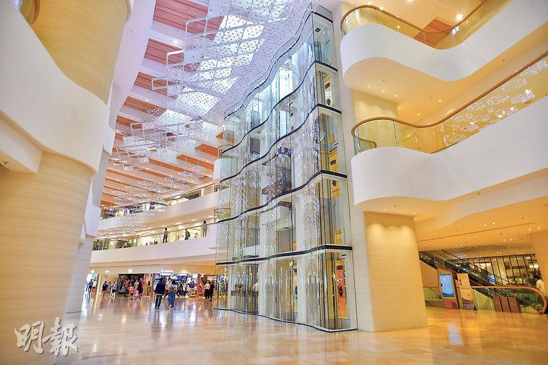 新派升降機——金鐘太古廣場的升降機顛覆了升降機一定是方正或是圓弧形觀景窗的做法,牆壁採用彎曲設計,搭配銅色按鈕、扶手和地板,美感十足。(黃志東攝)