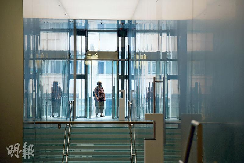 簡約設計——希慎廣場Apple Store的升降機為奧的斯製造,用上很多玻璃和金屬配件,貫徹品牌設計簡約的原則。(黃志東攝)