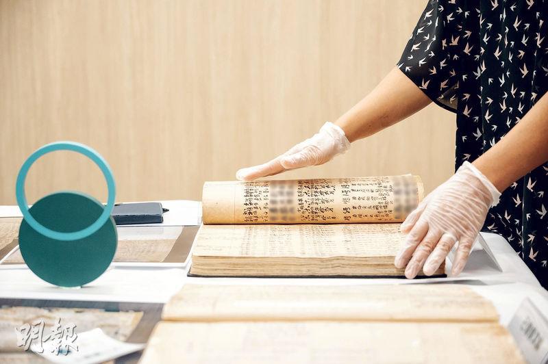 復修文獻——墳場文獻經過復修,斑駁破爛的書頁回復平滑、易讀,令當中記錄的華人安葬史,更加清晰地呈現眼前。(蘇智鑫攝)