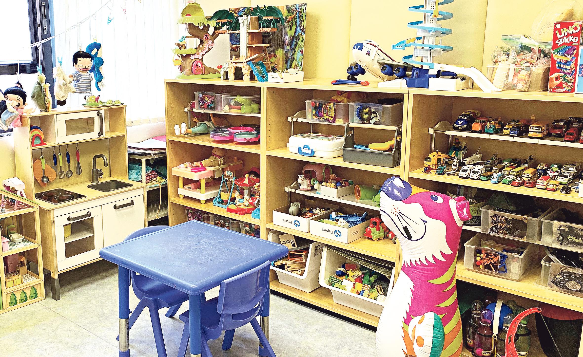 遊戲治療室設有不同的玩具與遊戲材料,如促進兒童情感、創意表達和鼓勵探索性遊戲等玩具。