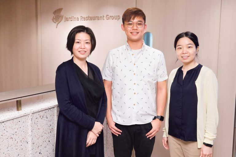 左起:怡和餐飲集團區域人力資源董事倫慧芬、 企業培訓生李天佑和陳思華