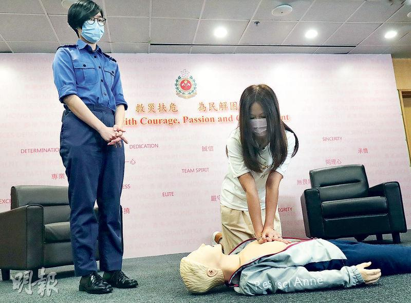 馮太(右)去年11月某夜發現丈夫無呼吸、心跳,口吐白沫,連忙致電999。消防隊目(控制)梁雪兒(左)在電話中教導馮太如何做心外壓,並和她一起「1、2、3、4」數拍子,直到救護人員到場,最終救回丈夫一命。(李紹昌攝)
